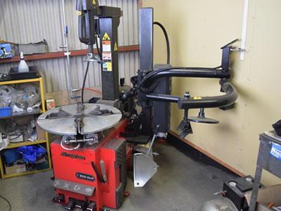 タイヤのバランス調整など最新の設備を導入